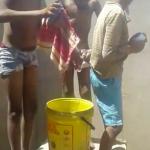 Kinder waschen sich an einer Wasserstelle im Ort Otjiyarwa